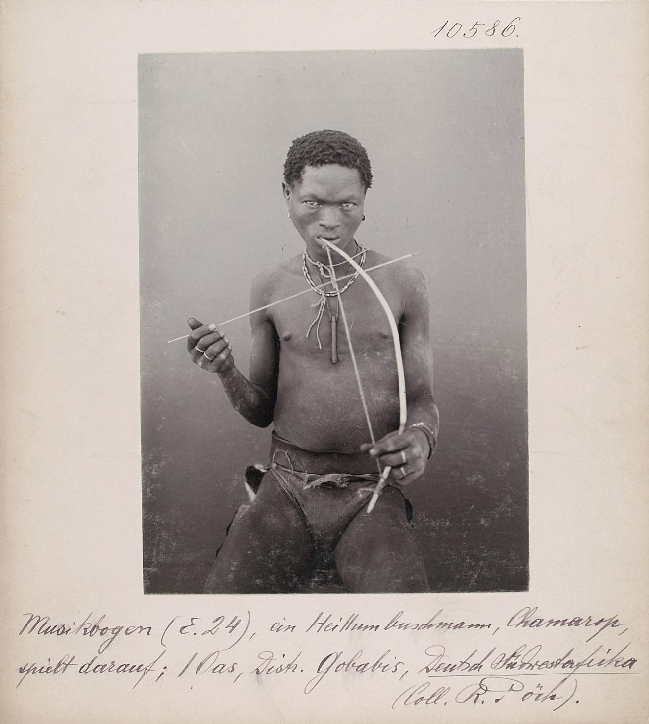 Musikbogen (E.24), ein Hei II San, Chamarop, spielt darauf; I Oas, Distr. Gobabis, Deutsch-Südwestafrika