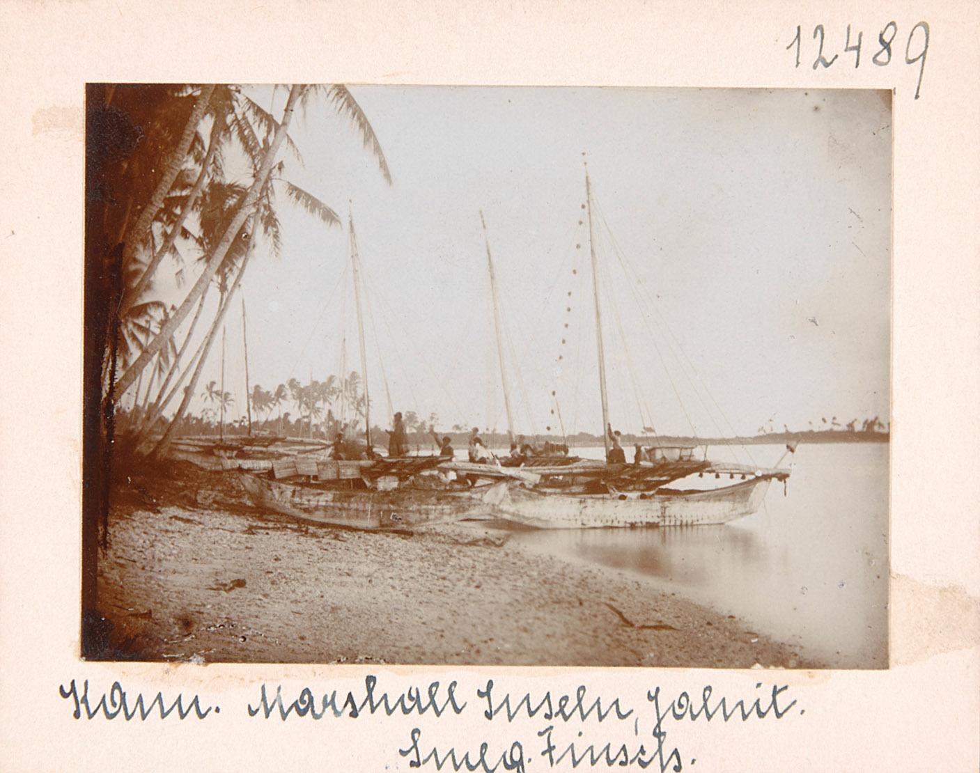 Kanu und Küstenlandschaft, Marshall-Inseln von Otto Finsch