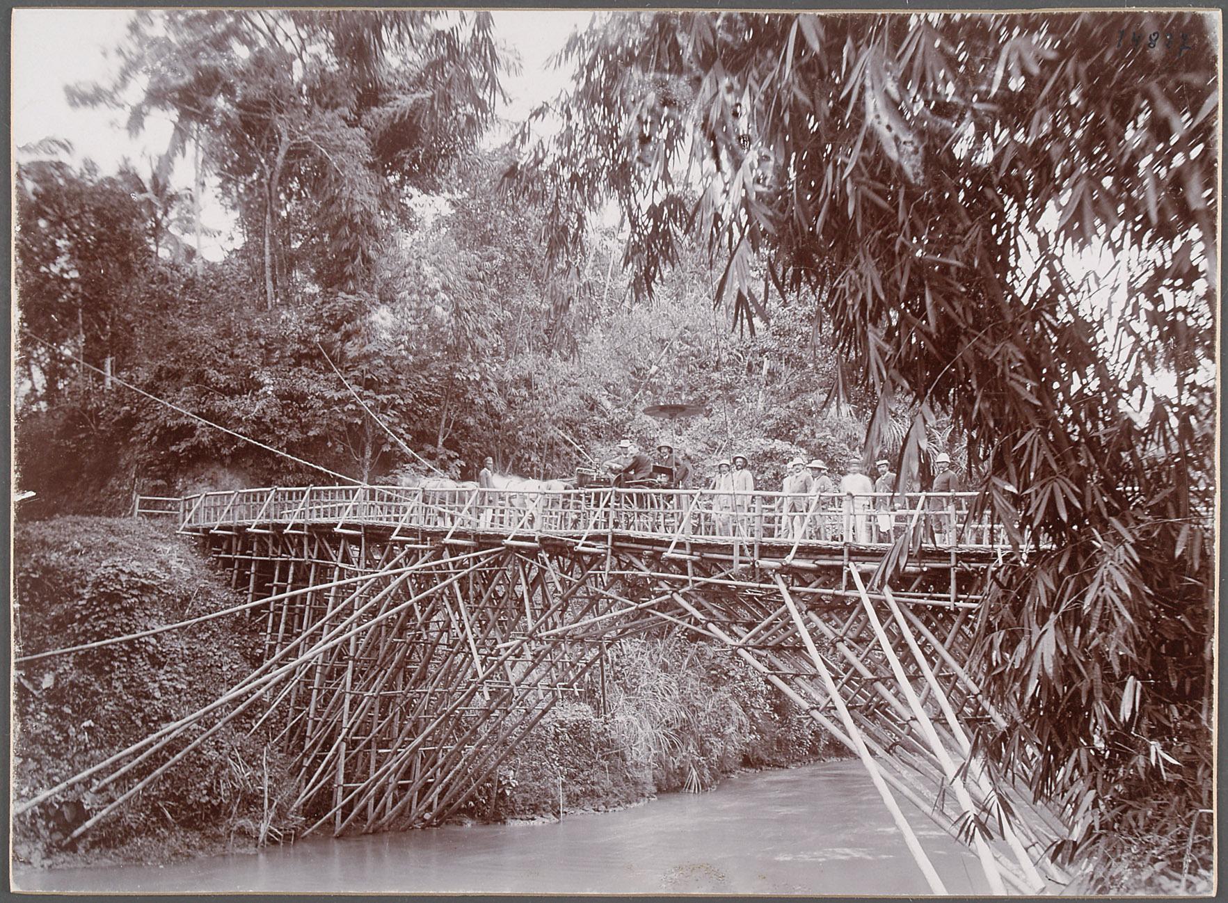 """Franz Ferdinand u. sein Gefolge auf einer Bambusbrücke bei Mande über den Tji-Koendoel"""". 16.IV.1893 von Eduard Hodek jun."""