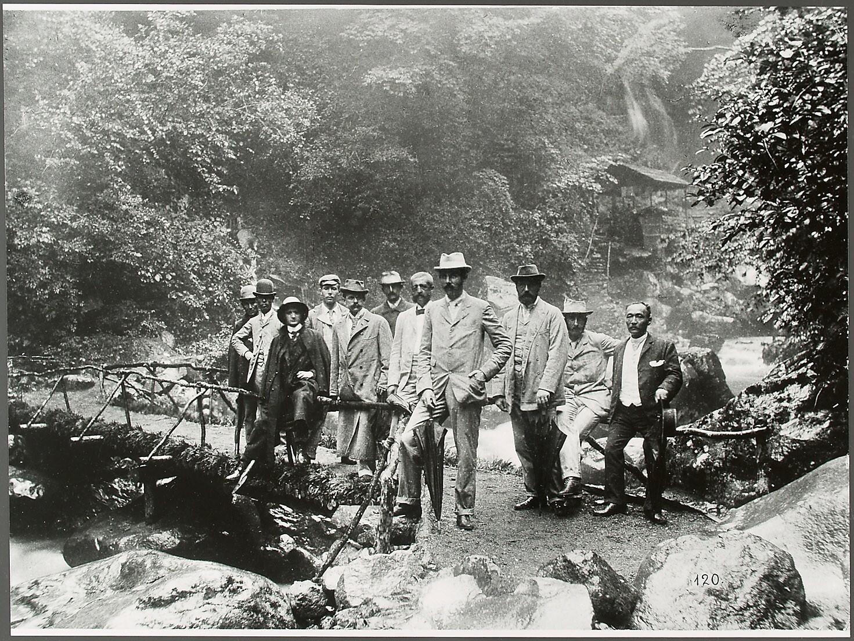 Franz Ferdinand mit Gefolge beim Urami-Wasserfall (Urami-no-taki) von Eduard Hodek jun.