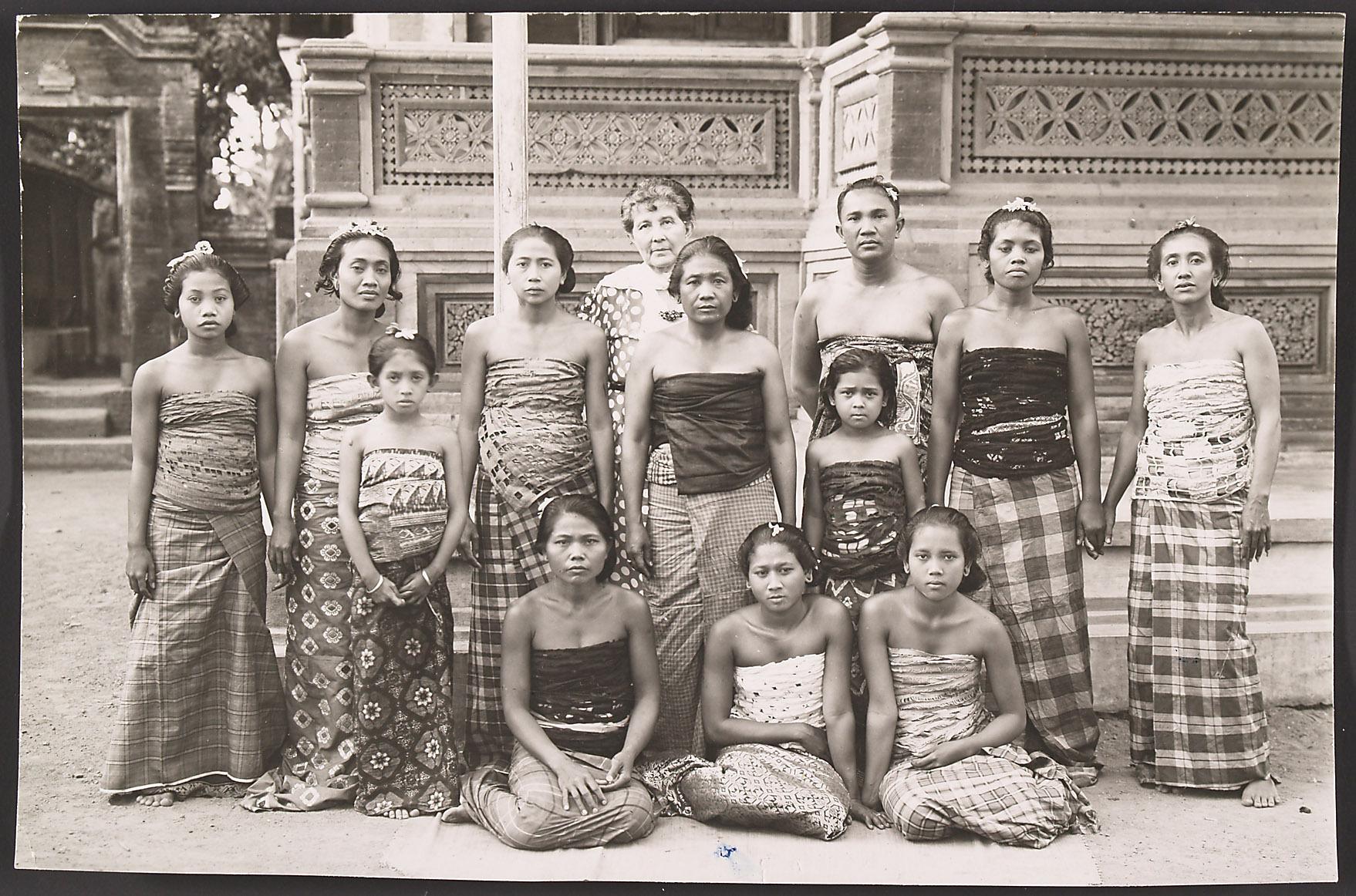 Helene Potjewijd in Bali mit Balinesinnen