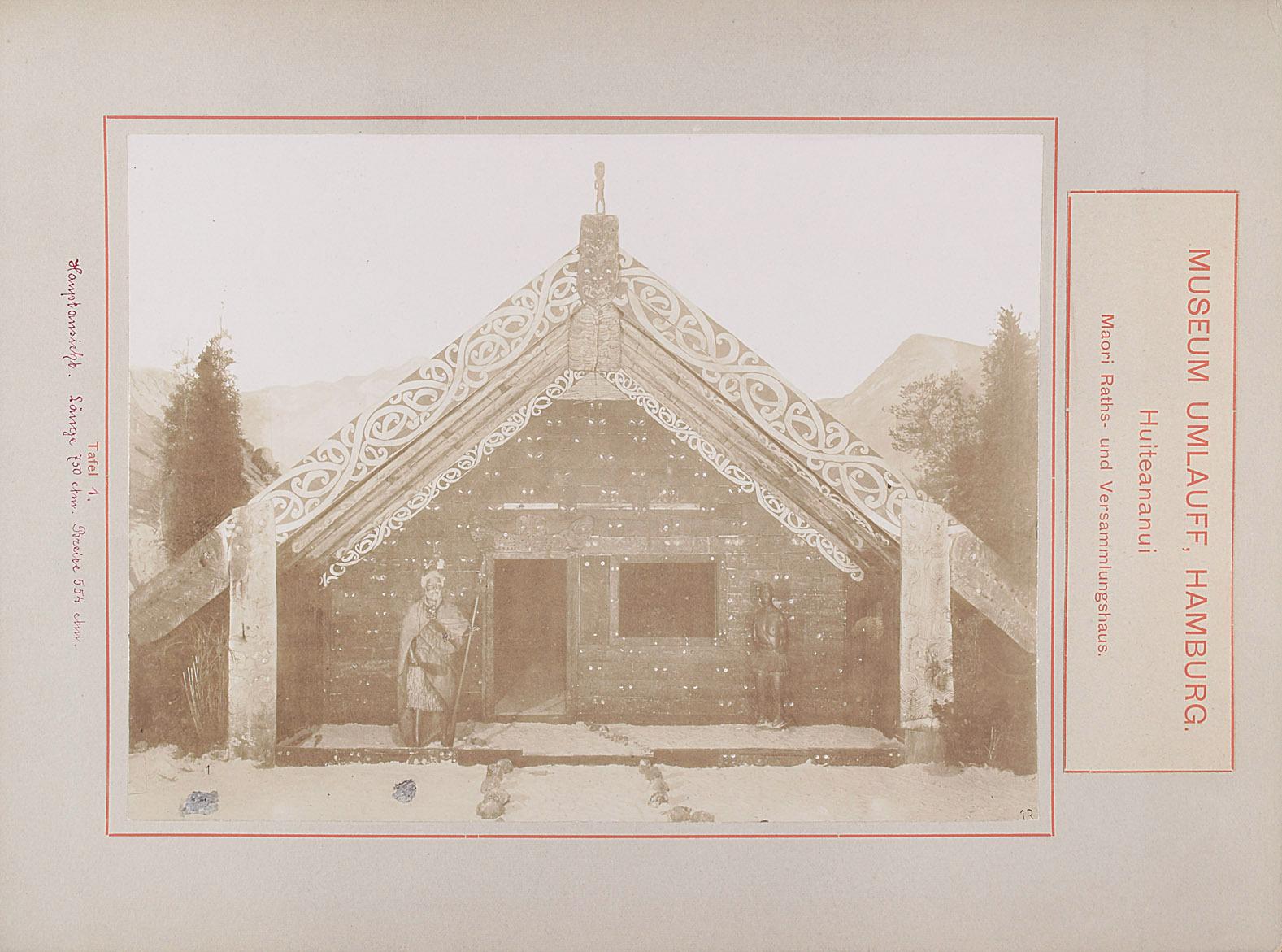Museum Umlauff, Hamburg. Huiteananui, Maori Raths- und Versammlungshaus: Tafel 1. Hauptansicht, Länge 750 cm, Breite 554 cm von anonym
