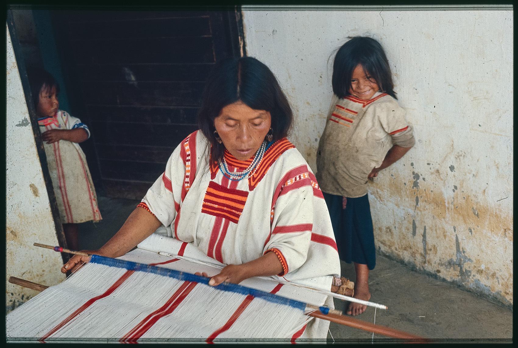 Tzeltal Maya Weberin am Hüftwebgerät, Santo Tomás Oxchuc, Chiapas, Mexiko