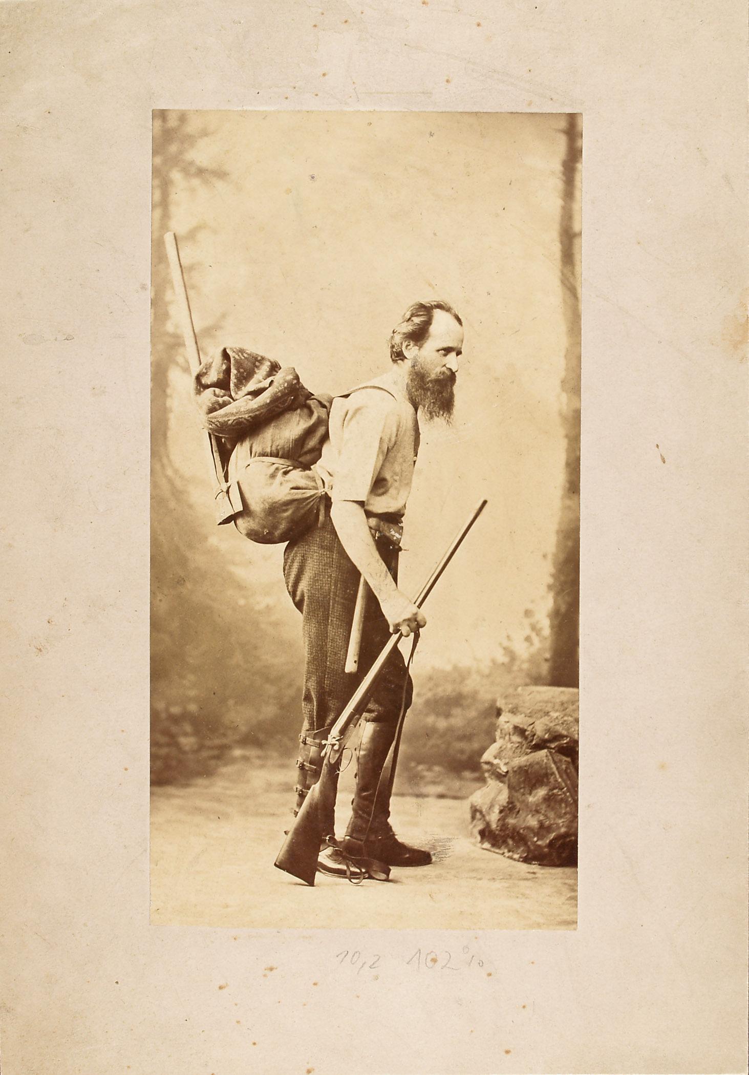 Andreas Reischek mit seiner Expeditionsausrüstung