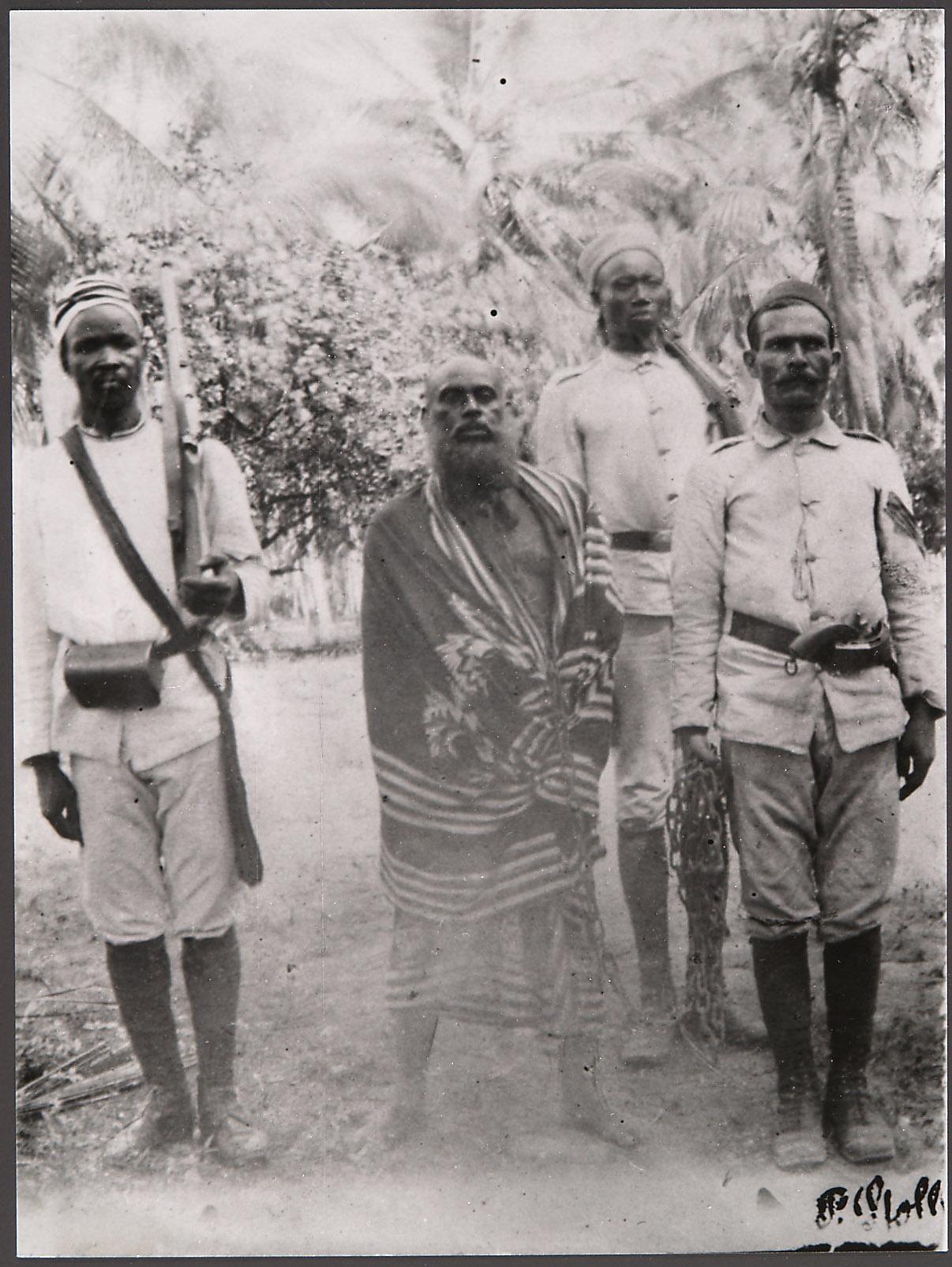 Buschiri bin Salim, Anführer der Insurgenten 1888/89 vor der Hinrichtung von ... Stoll