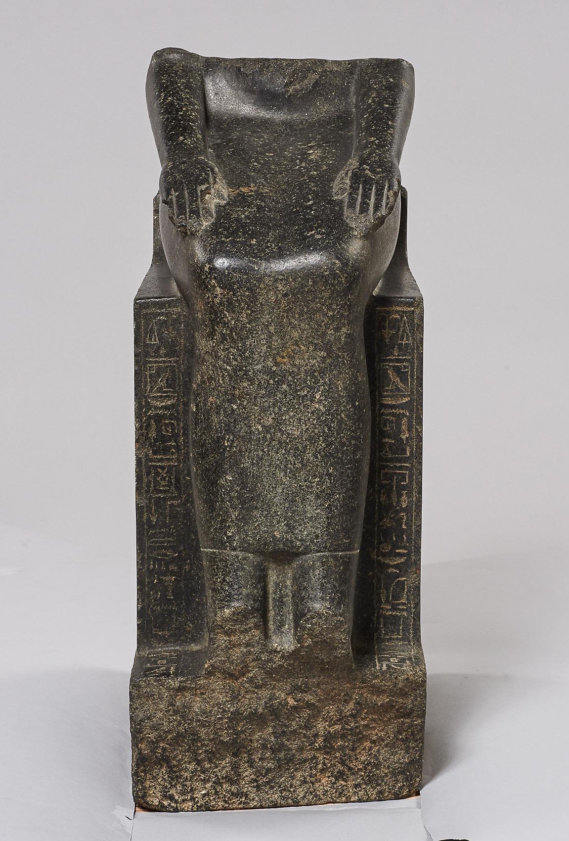 Unterteil einer weiblichen Sitzfigur, wahrscheinlich Hatschepsut darstellend