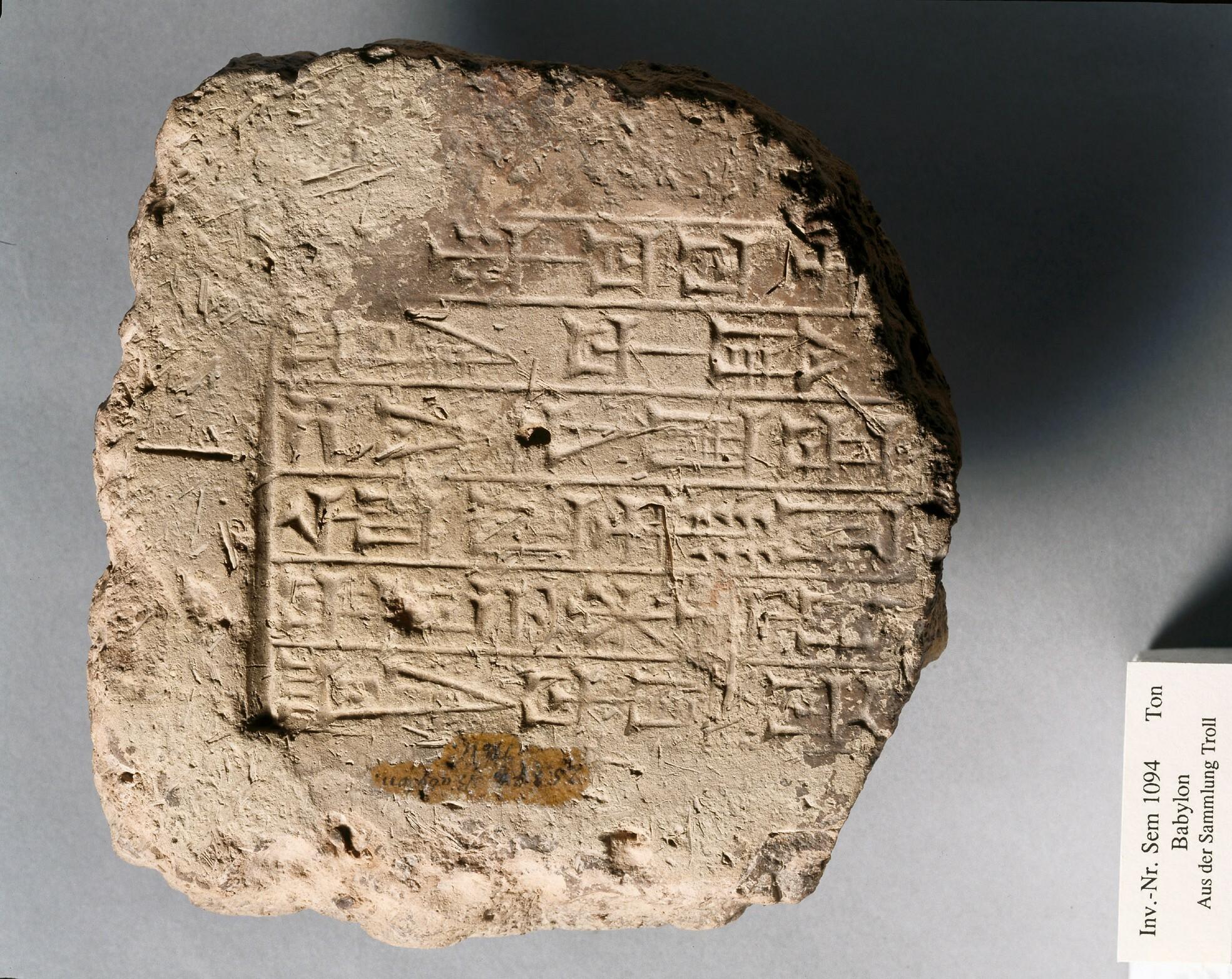 Ziegelfragment mit Keilschrift