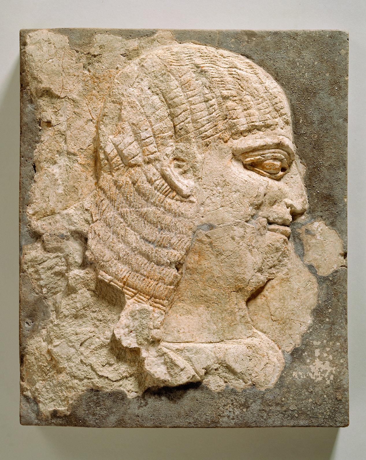 Relieffragment mit dem Kopf eines jungen Mannes