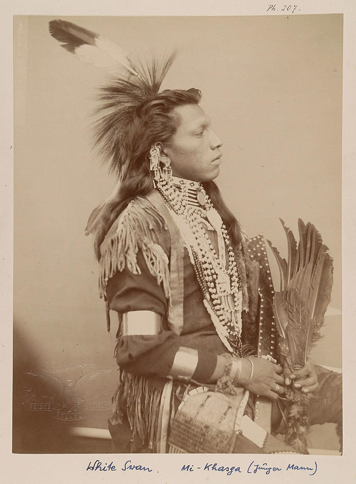 White Swan - Mi-Khasga. Junger Mann. Profilansicht von Prinz Roland Napoléon Bonaparte