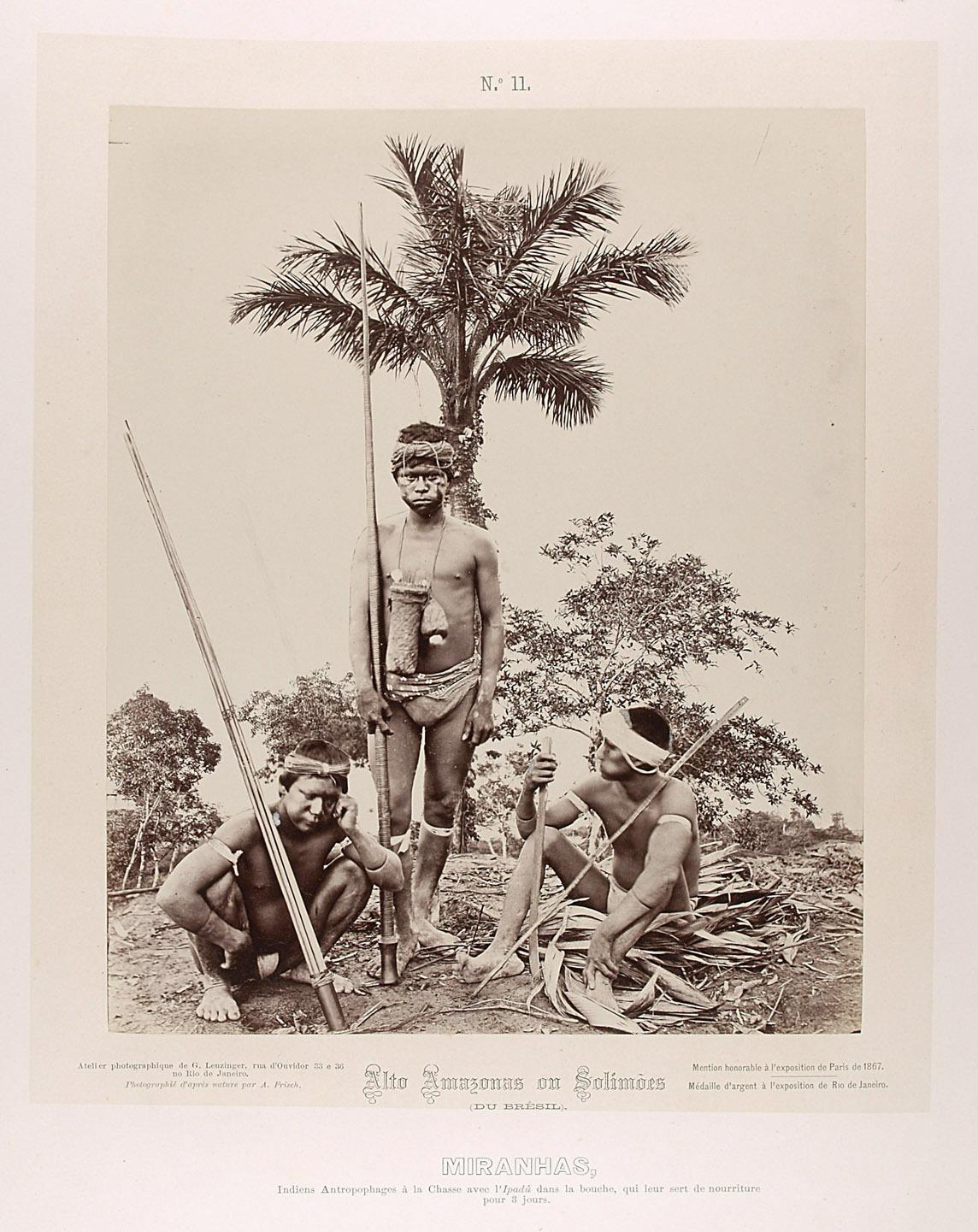 Drei Indianer mit Blasrohren und Pfeilen, Coca kauend von Albert Frisch