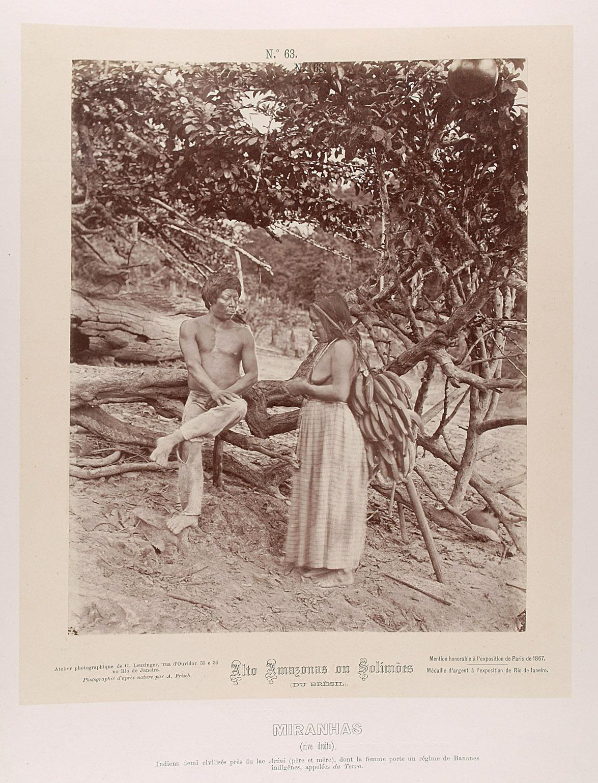 Indianer und Indianerin, die eine Bananenstaude mittels Stirnband trägt von Albert Frisch