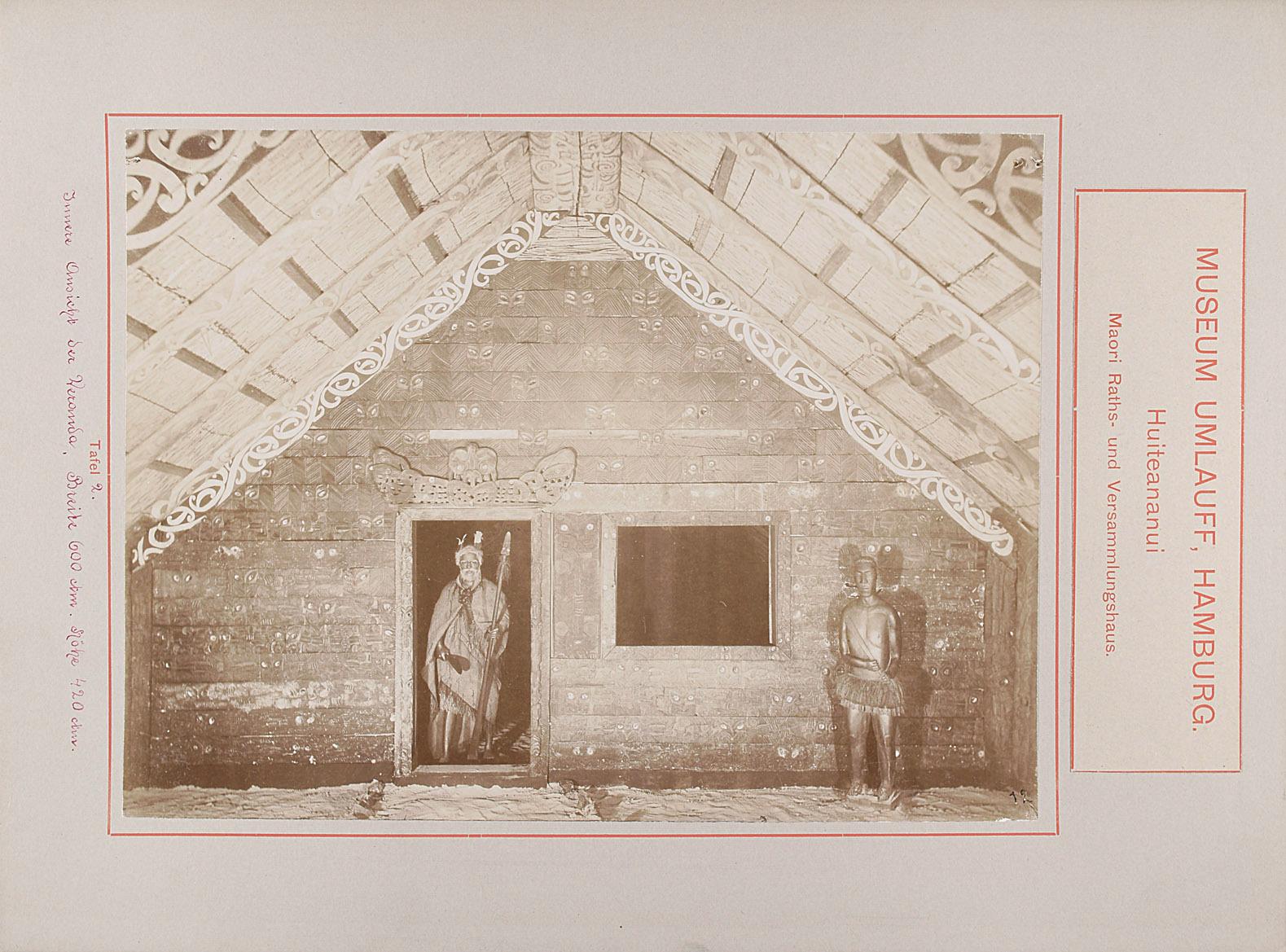 Museum Umlauff, Hamburg. Huiteananui, Maori Raths- und Versammlungshaus: Tafel 2. Innere Ansicht der Veranda, Breite 600 cm, Höhe 420 cm von anonym