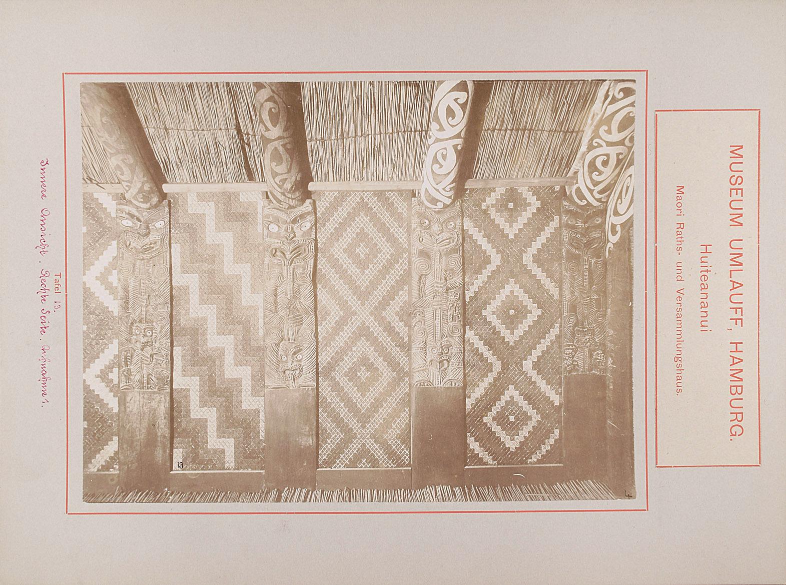 Museum Umlauff, Hamburg. Huiteananui, Maori Raths- und Versammlungshaus: Tafel 13. Innere Ansicht, Rechte Seite, Aufnahme 1 von anonym