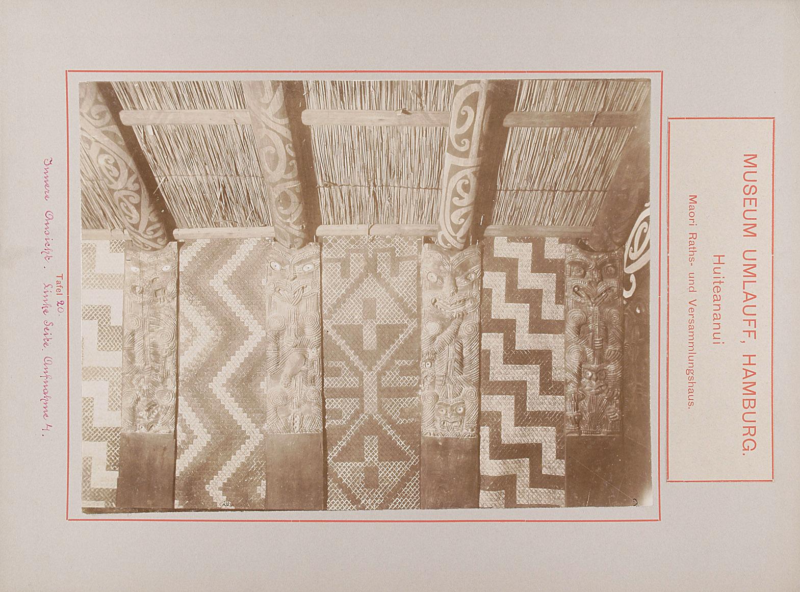 Museum Umlauff, Hamburg. Huiteananui, Maori Raths- und Versammlungshaus: Tafel 20. Innere Ansicht, Linke Seite, Aufnahme 4 von anonym