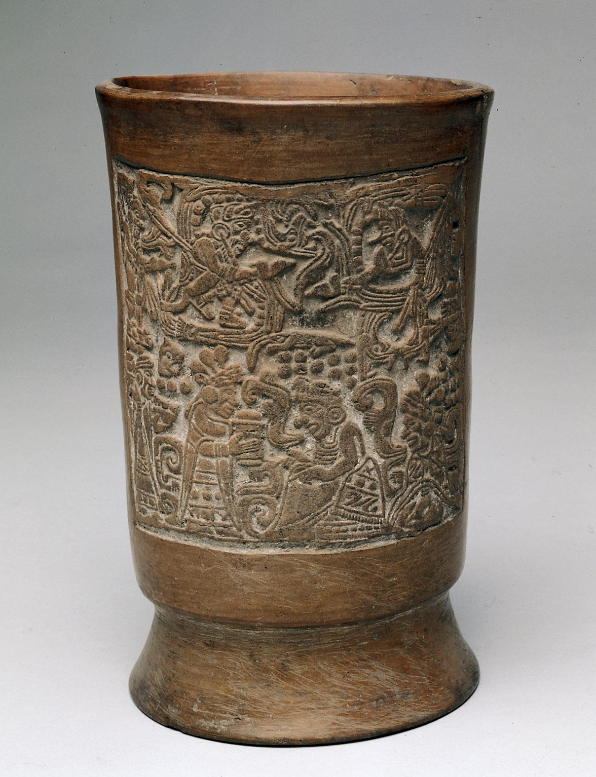Gefäß (Totenurne?) mit Opferszene und Federschlange
