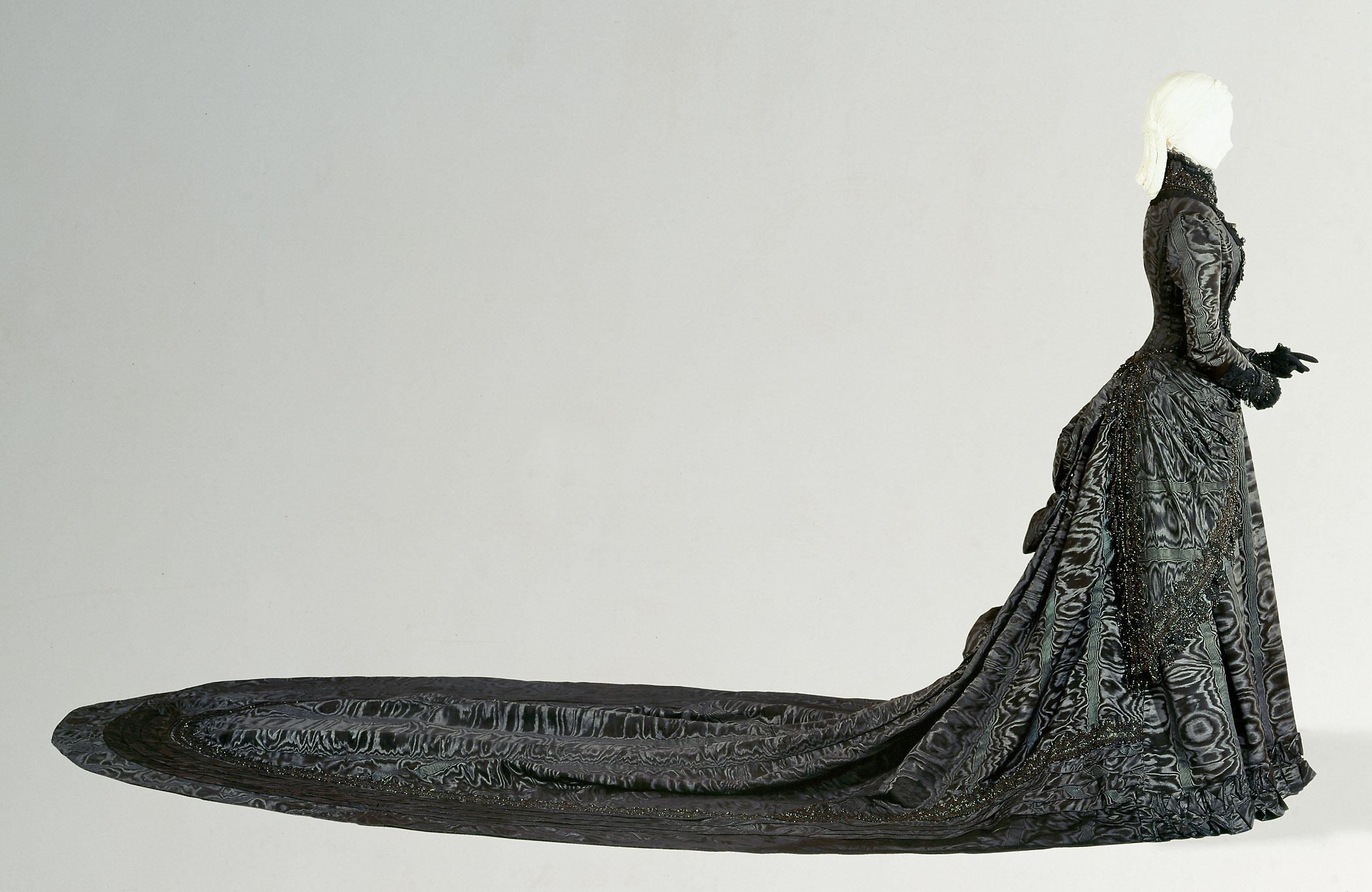 Schwarzes Hofkleid der Kaiserin Elisabeth von Fanni Scheiner