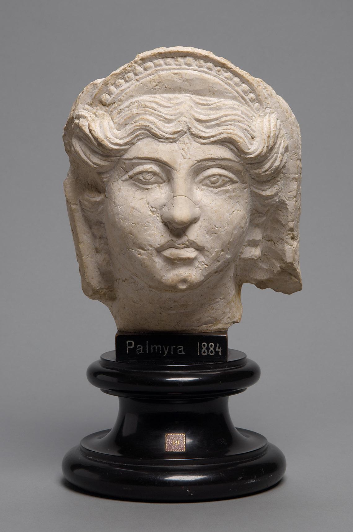 Relieffragment: Kopf einer Frau