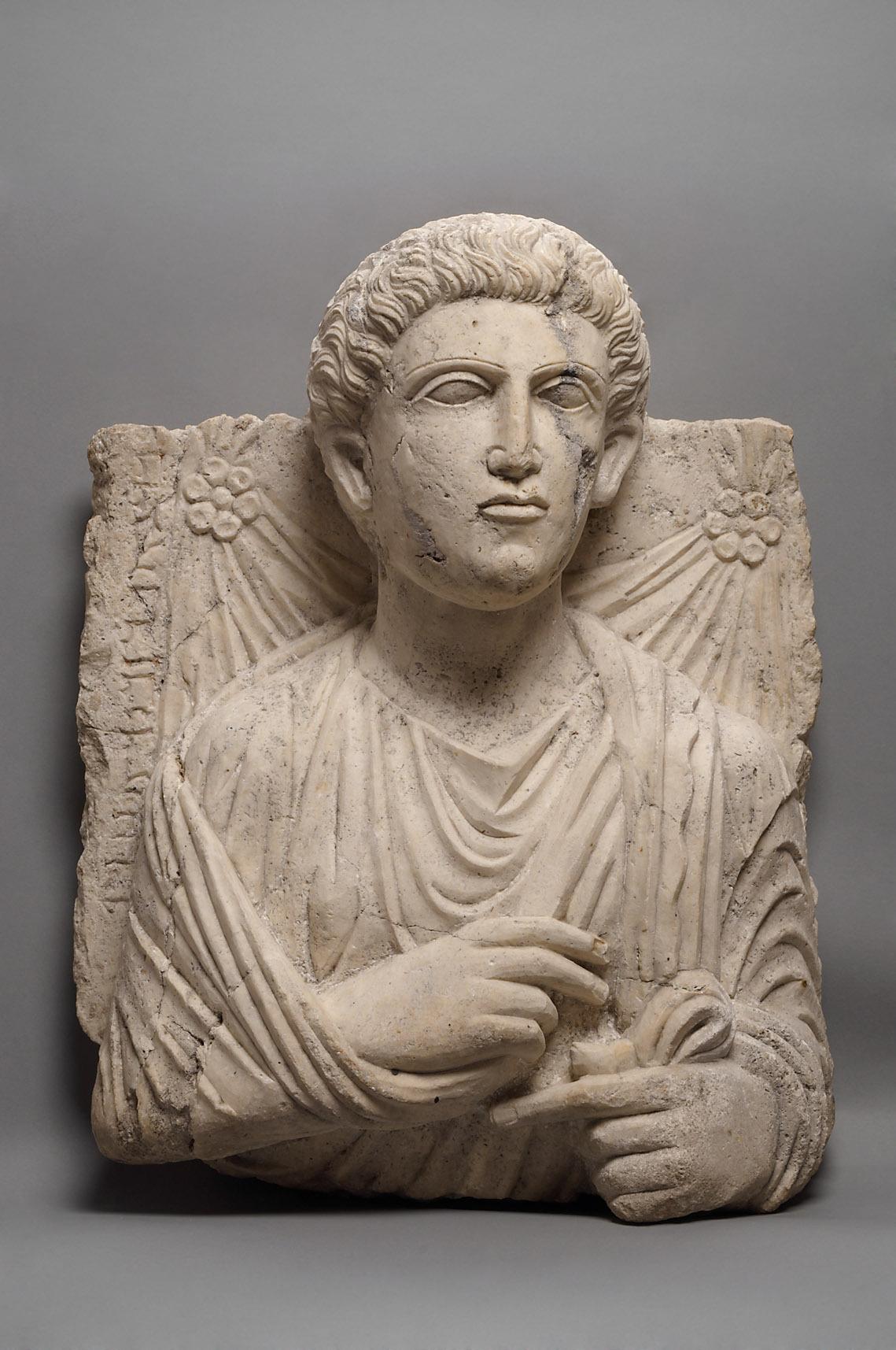 Relieffragment: Brustbild eines jungen Mannes