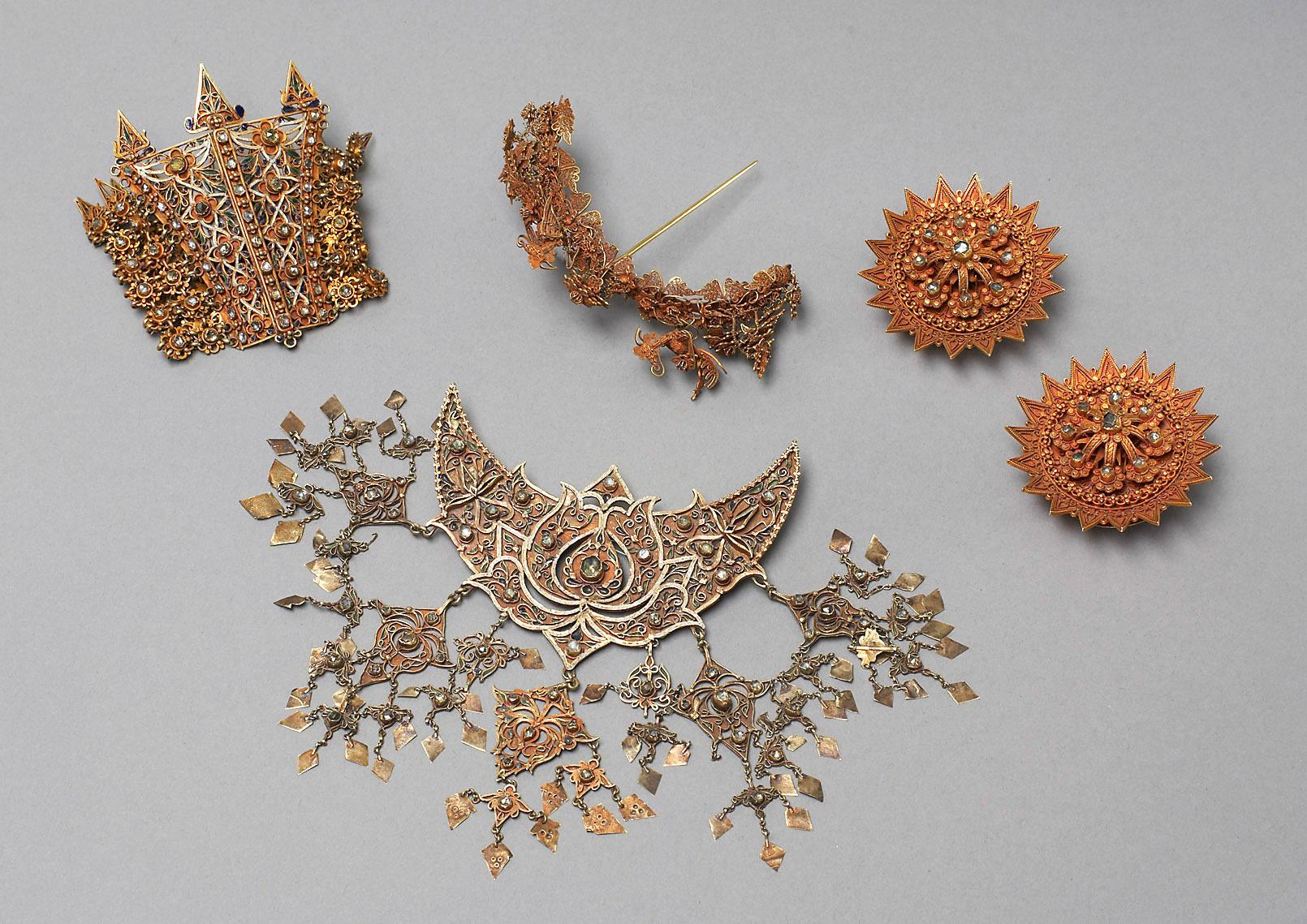 Schmuck aus Aceh: Brustschmuck, Haarnadel, Ohrknöpfe, Armband
