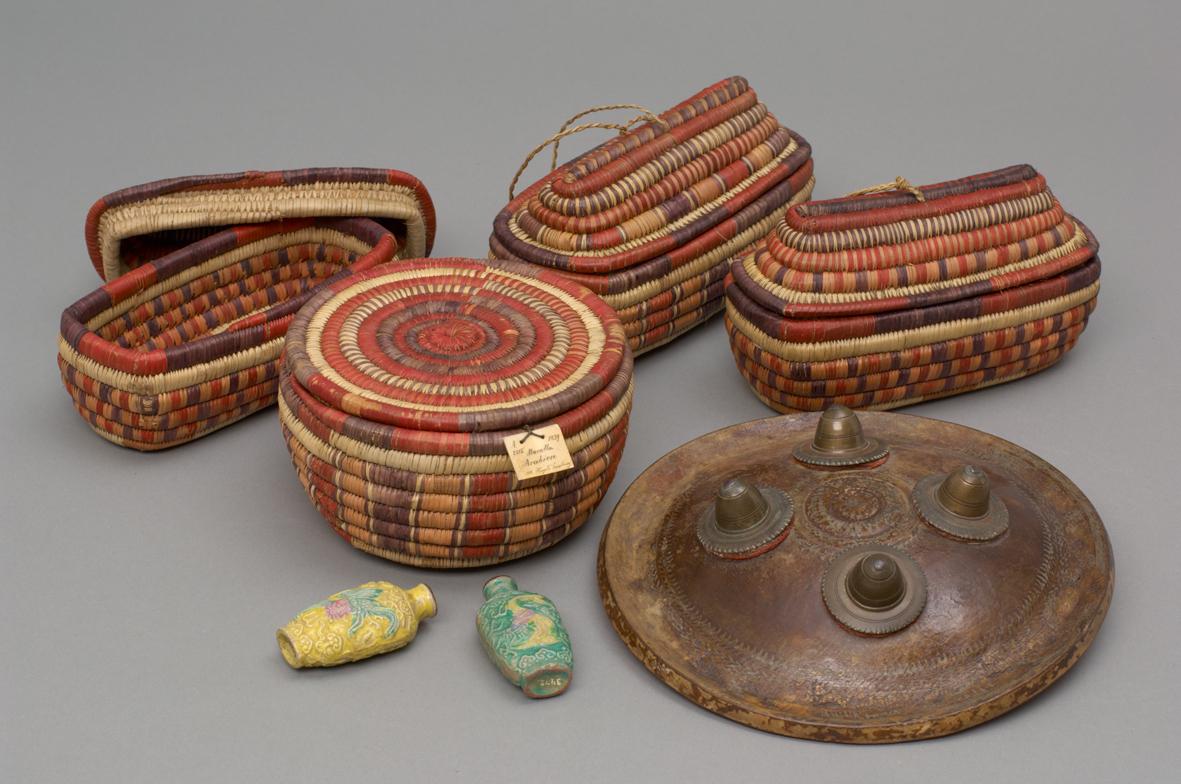 Importierte chinesische Riechfläschchen, lokal gefertigte Korbwaren, ein indischer Rundschild
