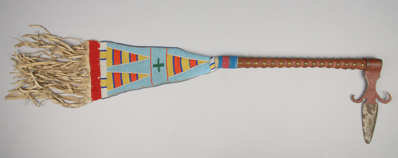 Spontonförmiger Tomahawk mit Perlenanhänger
