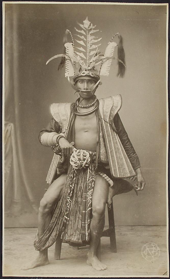 Ein Mann aus Süd-Nias mit dem typischen goldenen Kopfschmuck für Angehörige der Obersten Klasse von Nieuwenhuis, Christiaan Benjamin
