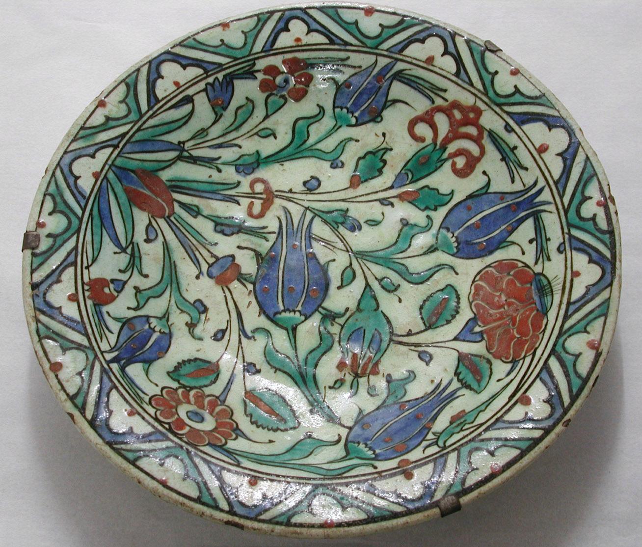 Osmanischer Teller mit floralem Dekor