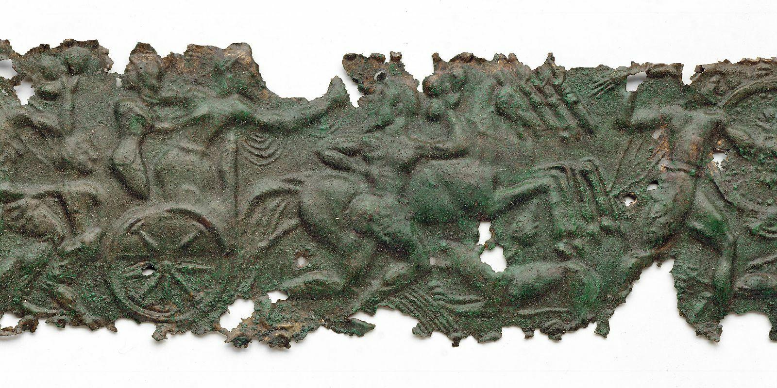 Reliefblechstreifen, 16 Fragmente: Masken, Gigantomachie, Gelage, Kampf