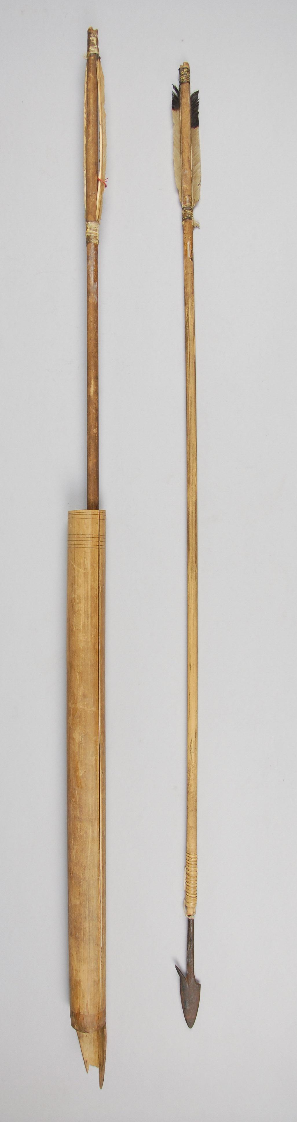 Pfeilköcher mit zwei Bogenpfeilen