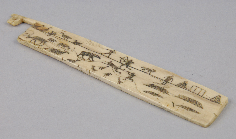 Eingravierte Jagdszenen, u.a. mit Pfeil und Bogen und Gewehr