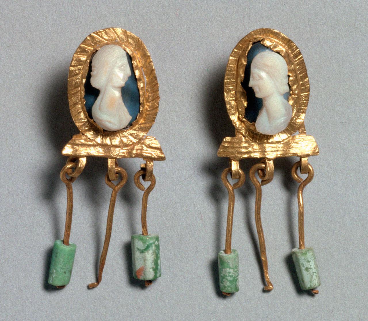 Paar Ohrgehänge mit Kameen