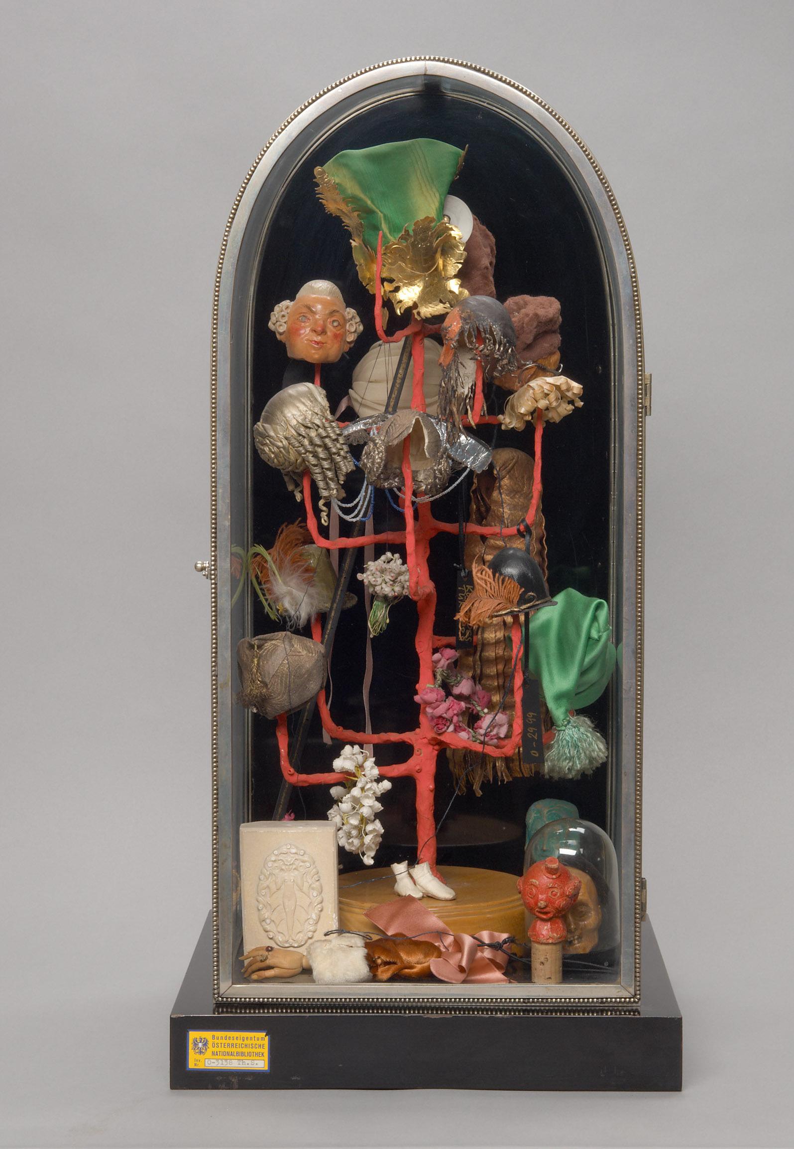 Vitrine mit Köpfchenbaum von Richard Teschner