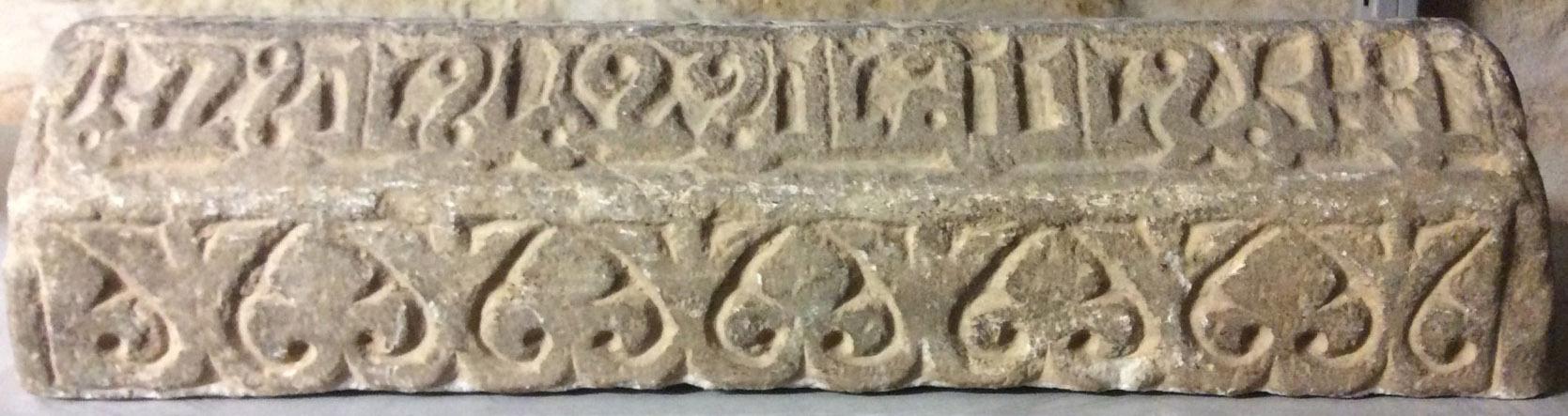 Grabsteinfragment mit Kufinschrift