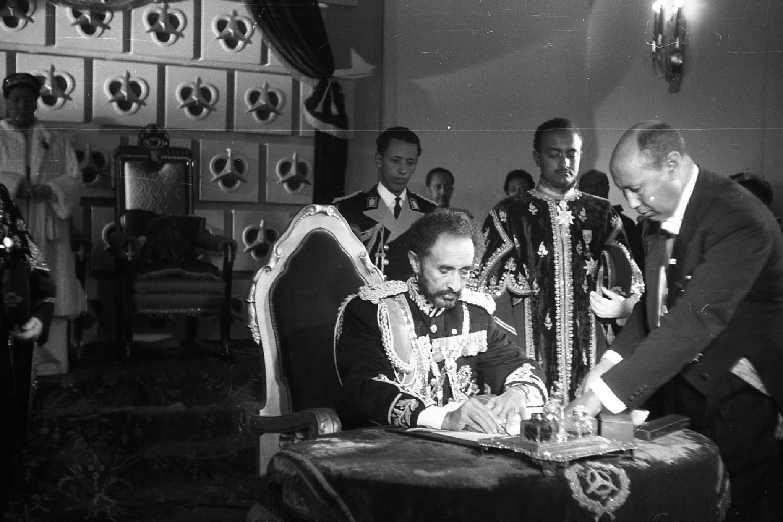 Der Kaiser unterschreibt während des Silberjubiläums eine Überarbeitung der Verfassung von 1931, die dem Parlament mehr politischen Freiraum verspricht, doch die Macht blieb weiterhin in seiner Hand von Otto Bieber 1906 - 1988