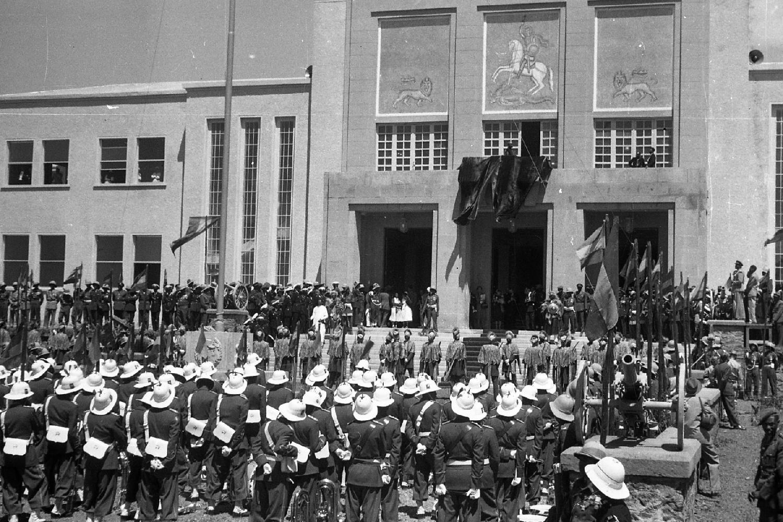 Das äthiopische Militär vor dem Jubilee-Palast während der Silberjubiläumsfeierlichkeiten von Otto Bieber 1906 - 1988