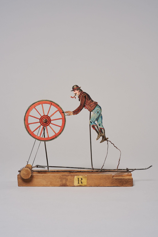 Mann mit einem Wagenrad von (nicht vergeben)